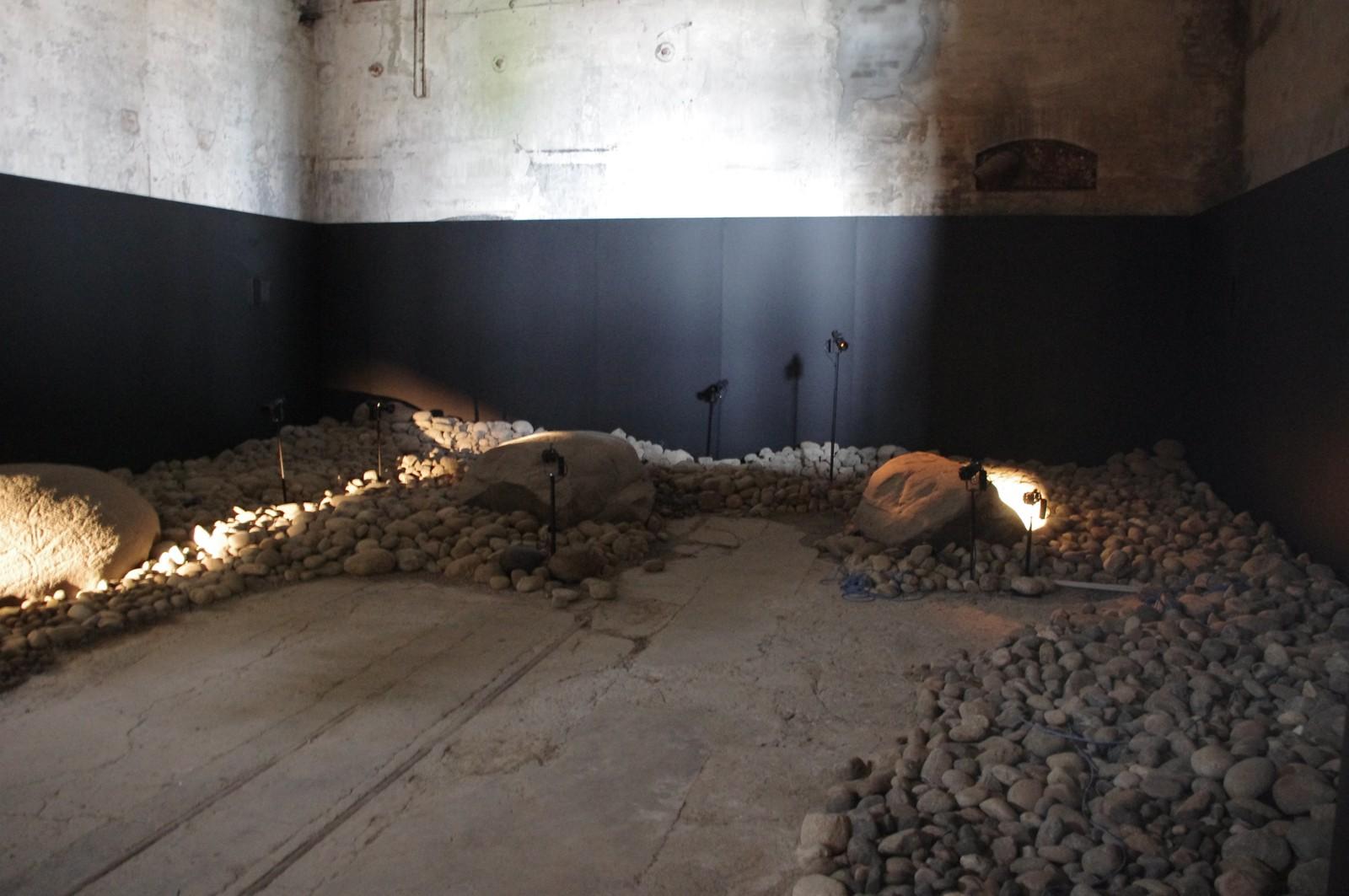 STEINKUNST: 8000 gamle steiner med helleristninger av elg er lys - og musikksatt.