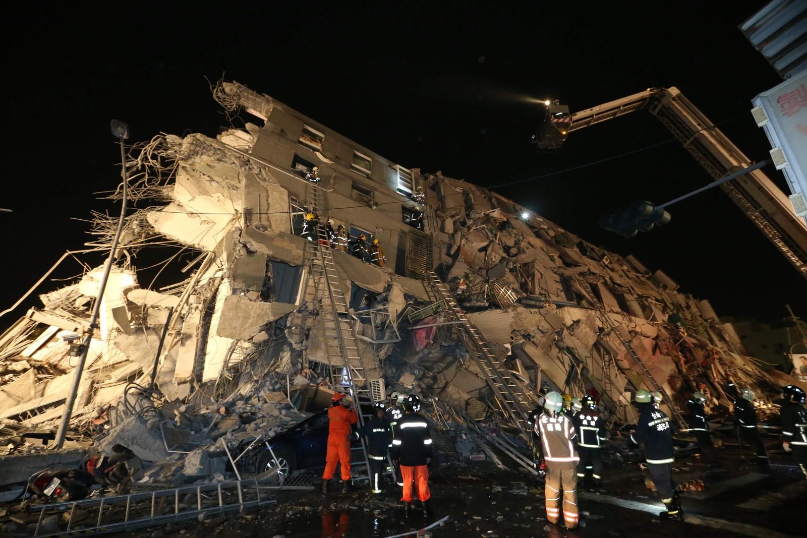 Rundt 250 mennesker er reddet ut av ruinene etter det kraftig jordskjelvet.