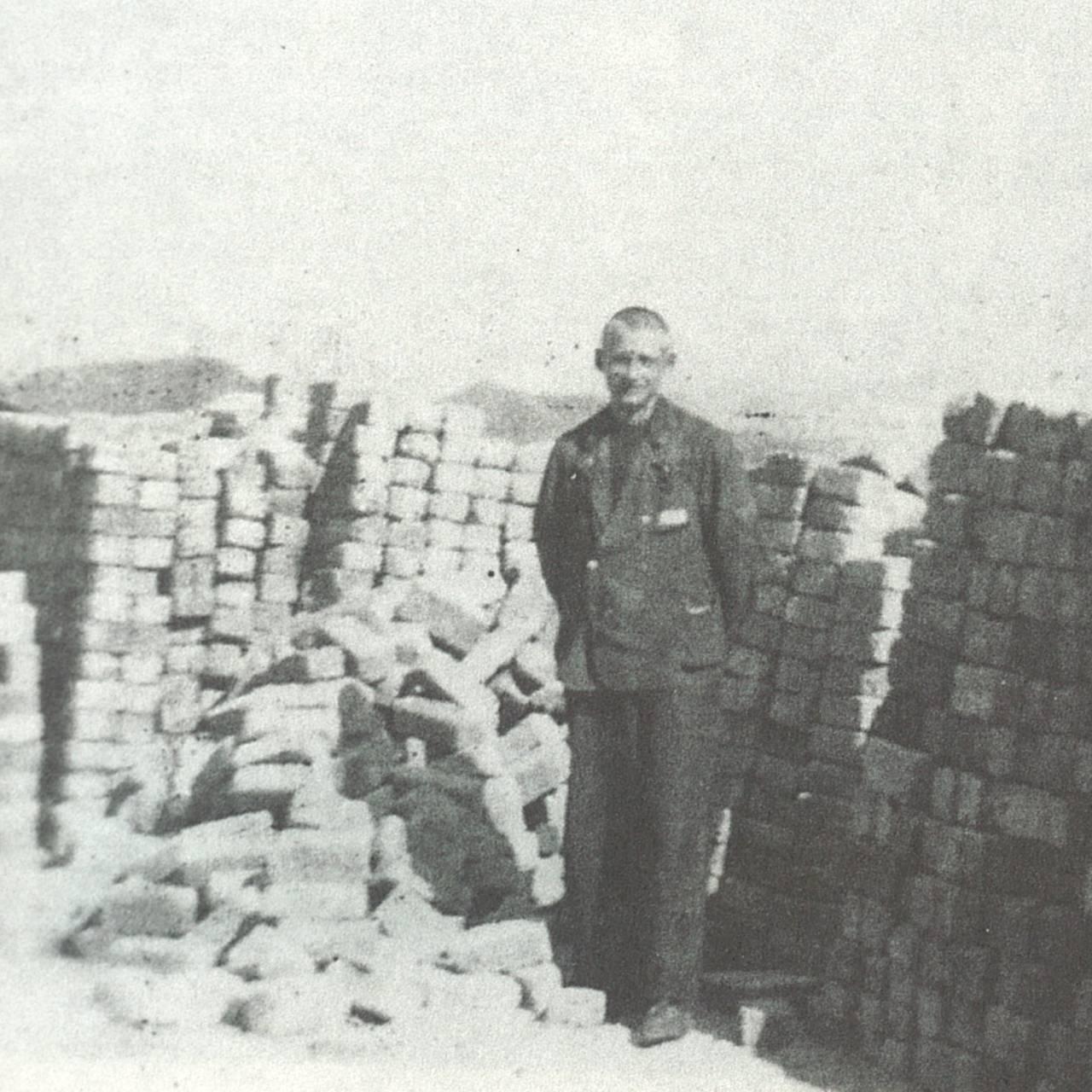 Jon Sølvberg i steinbruddet i leiren Natzweiler.