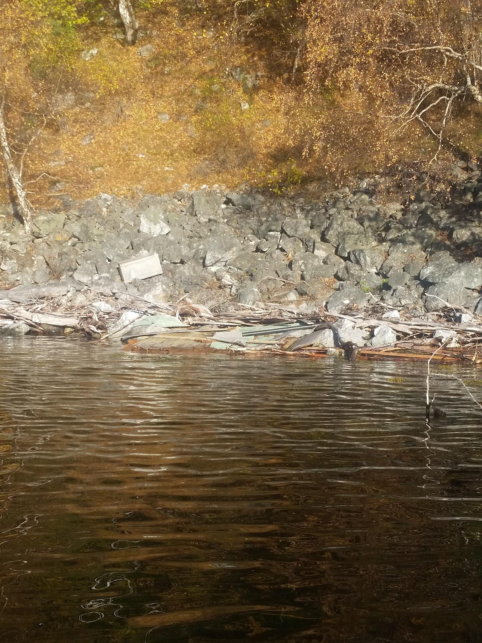 AVFALL: Flåm Guidservice finn mykje skrot langs Aurlandsfjorden. - Det utgjer ein stor fare når det kjem på driv. Her køyrer skulebåten i mørkre og då er det ikkje godt å sjå kva som ligg i fjorden, seier Thomas Rastad.