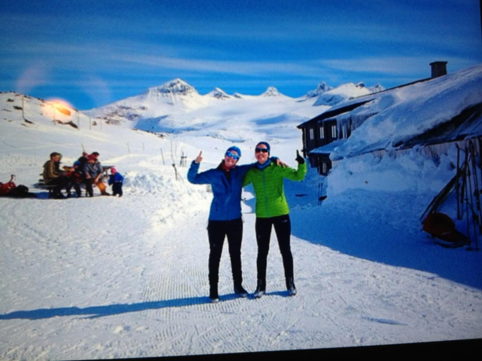 Heidi og Amalie på Sognefjellshytta med Smørstadbreen i bakgrunnen.