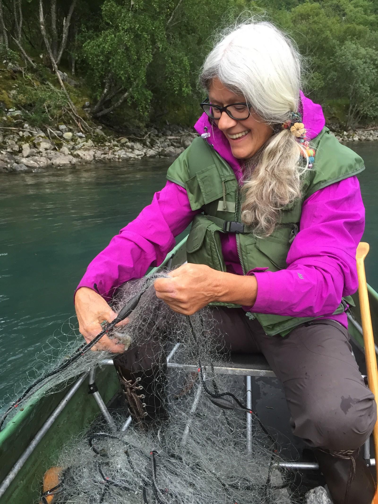 SPESIELL TEKNIKK: Før Åse Evebø sjekkar garna sine kastar ho ut steinar for å skreme heilt fersk fisk inn i garnet.
