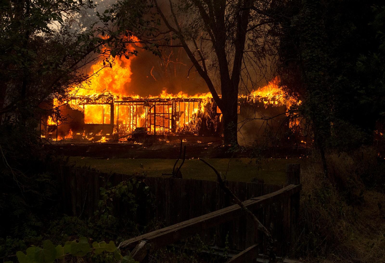 Brennende hus i Lower Lake søndag.