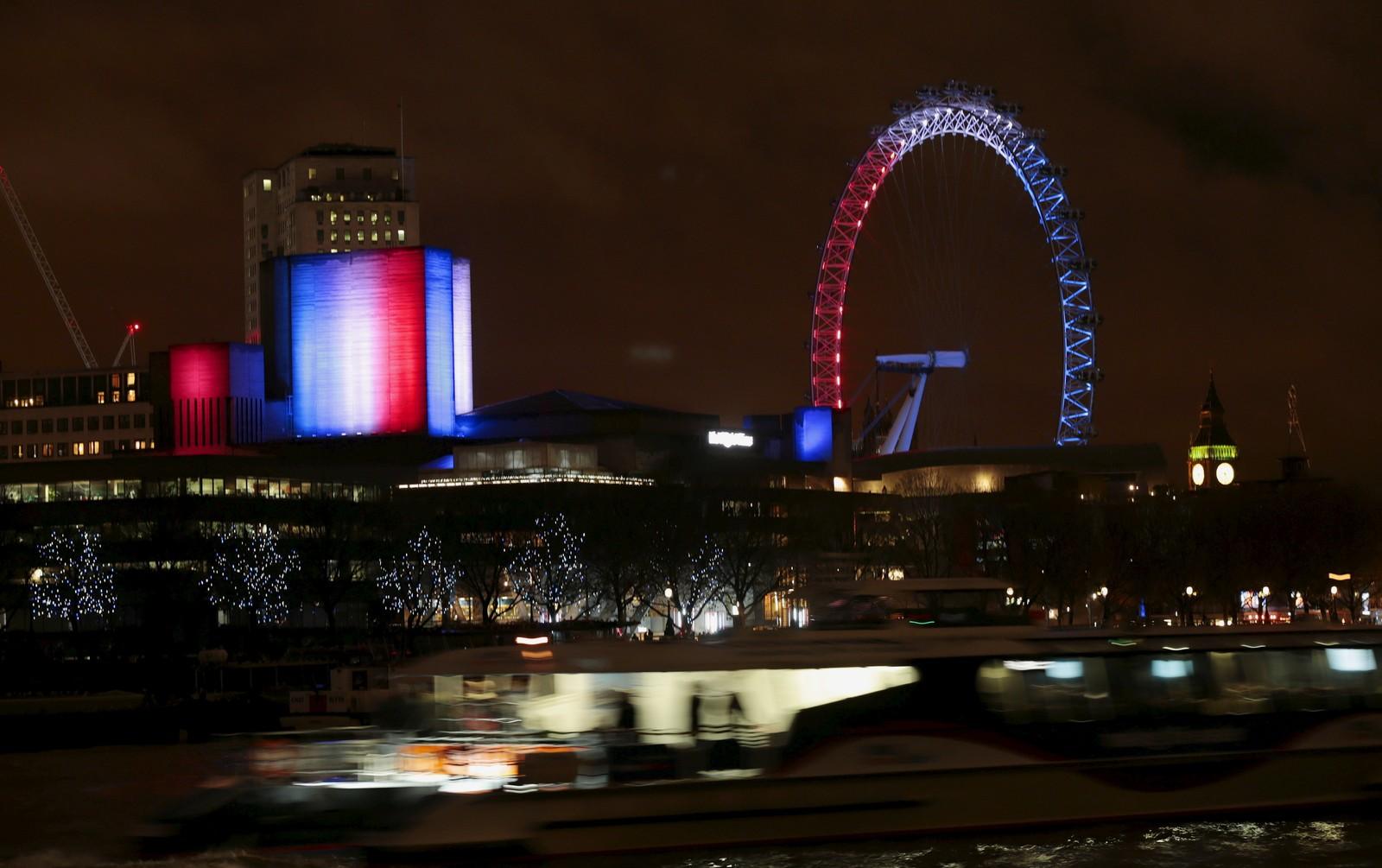 I Storbritannia hadde både det ikoniske «London Eye» og det britiske nasjonalteateret fargene blått, hvitt og rødt.