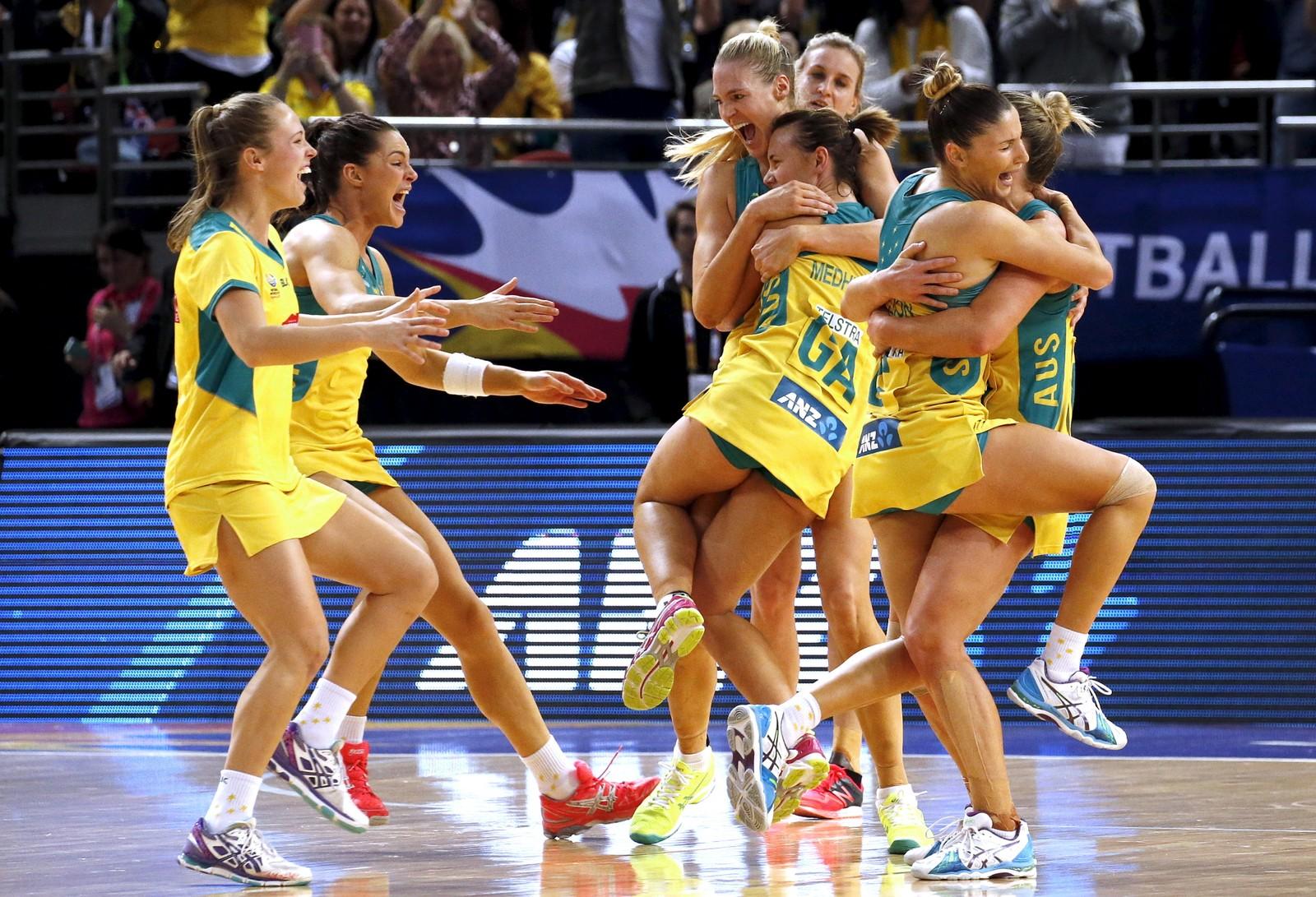 """Så glade blir det australske laget etter å ha vunnet VM i """"Netball"""", en slags variant av basketball. Kampen gikk på hjemmebane, og jentene slo New Zealand i finalen."""