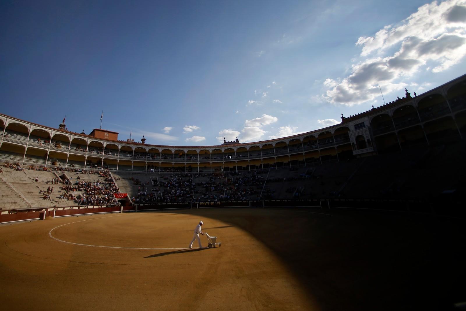 En hvit linje blir tegna over arenaen før okser og tyrefektere skal kjempe i Madrid, Spania.