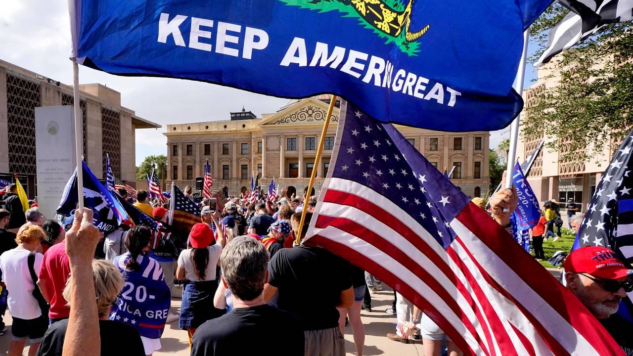 Flere Trump-supportere har møtt opp utenfor delstatsforsamlingen i Arizona.