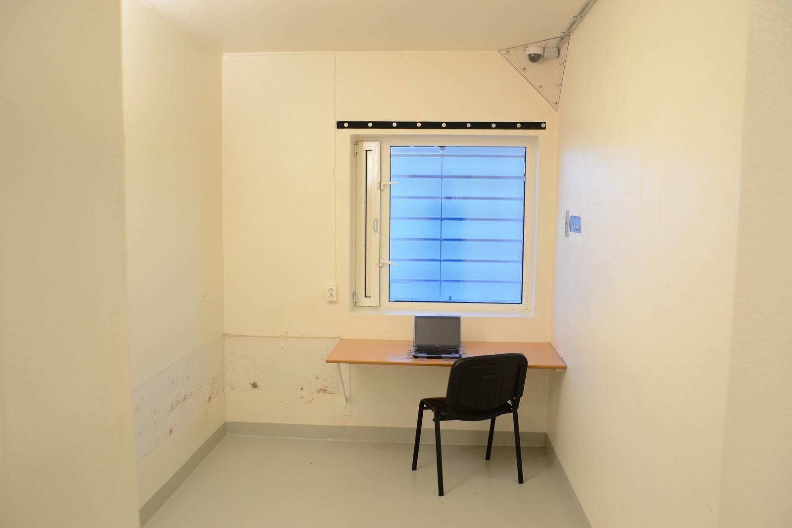 Slik var cellen der Breivik skrev bred i tiden han var på Ila fengsel. Flere av brevene var ment for meningsfeller utenfor fengselet, men en rekke av disse har blitt stoppet av Kriminalomsorgen. Dette er grunnen til at Breivik i sitt søksmål blant annet viser til artikkel åtte i Menneskerettskonvensjonen, som handler om retten til privatliv og korrespondanse.