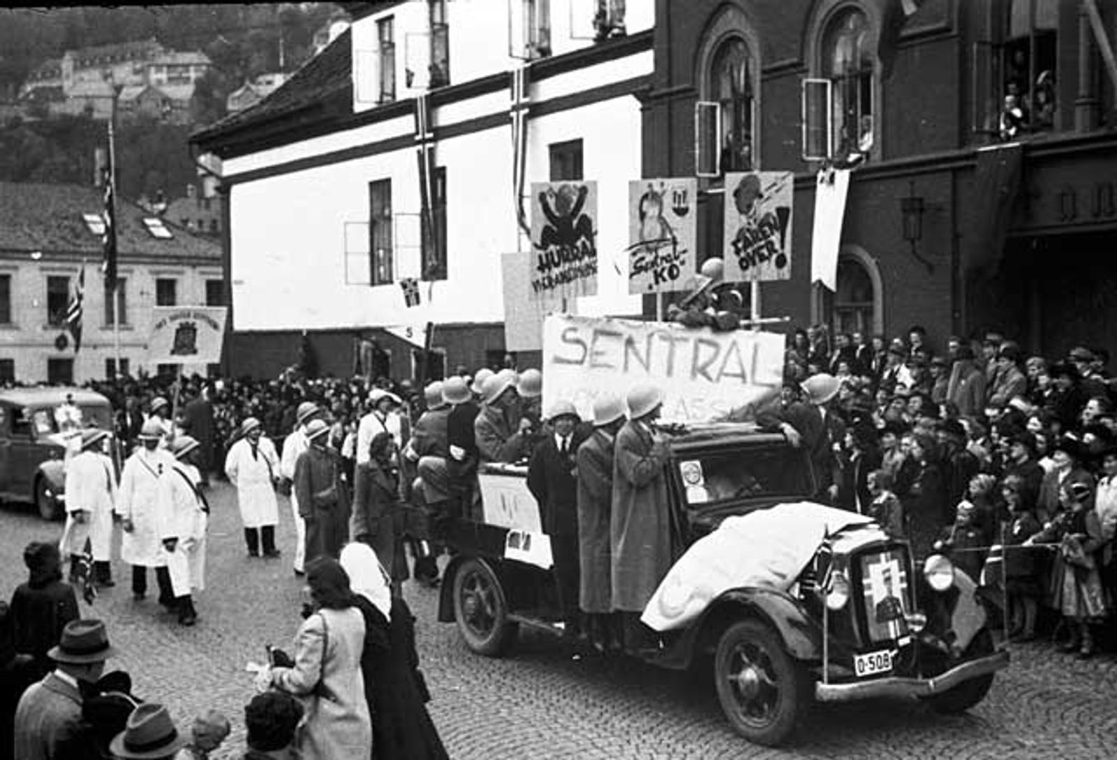 17. MAI 1945: En lastebil full av feststemte passerer folkemengden.
