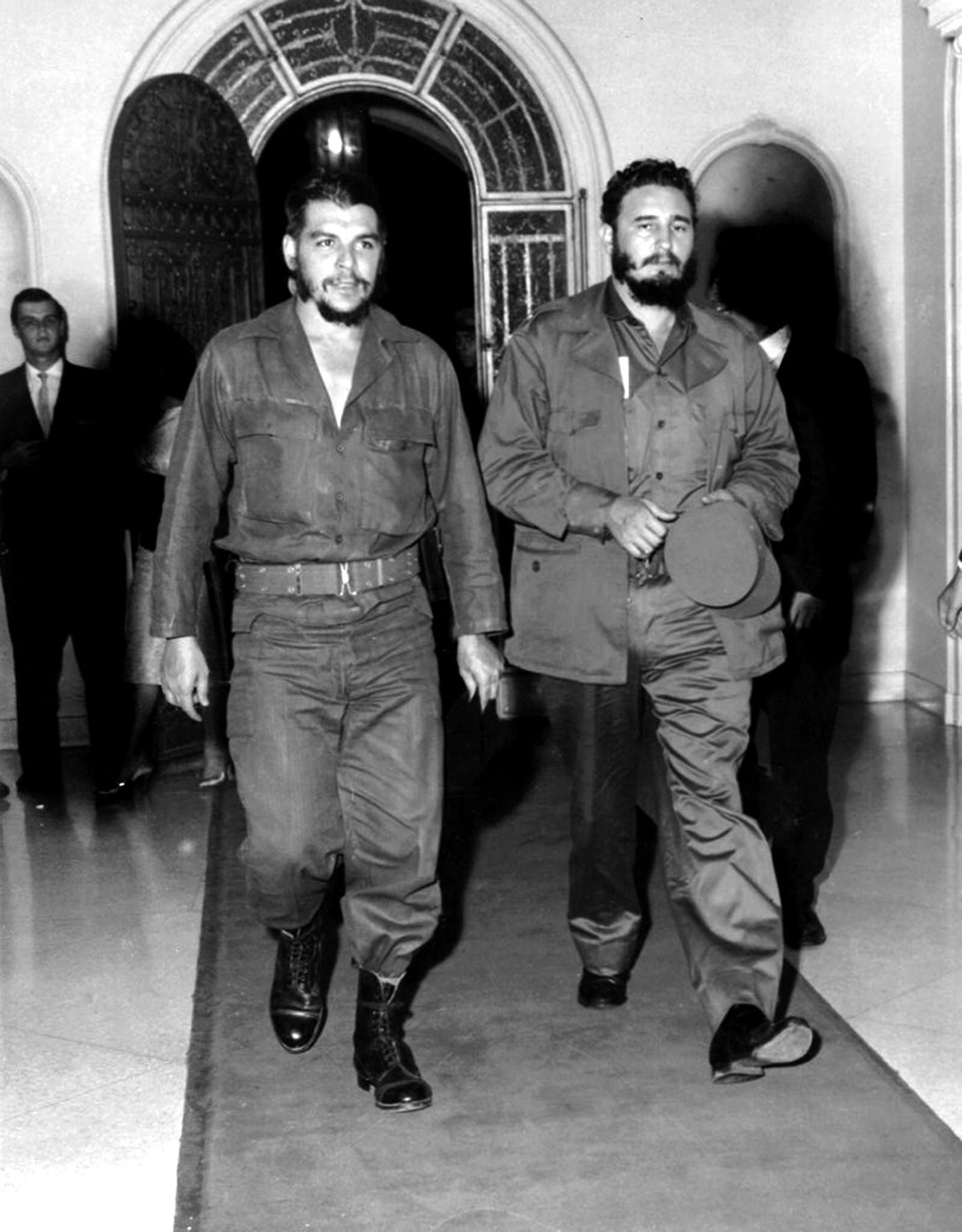 """Revolusjonskameratene Fidel Castro og Ernesto Che Guevara på vei inn i den berømte restauranten """"1830 """" i 1963."""