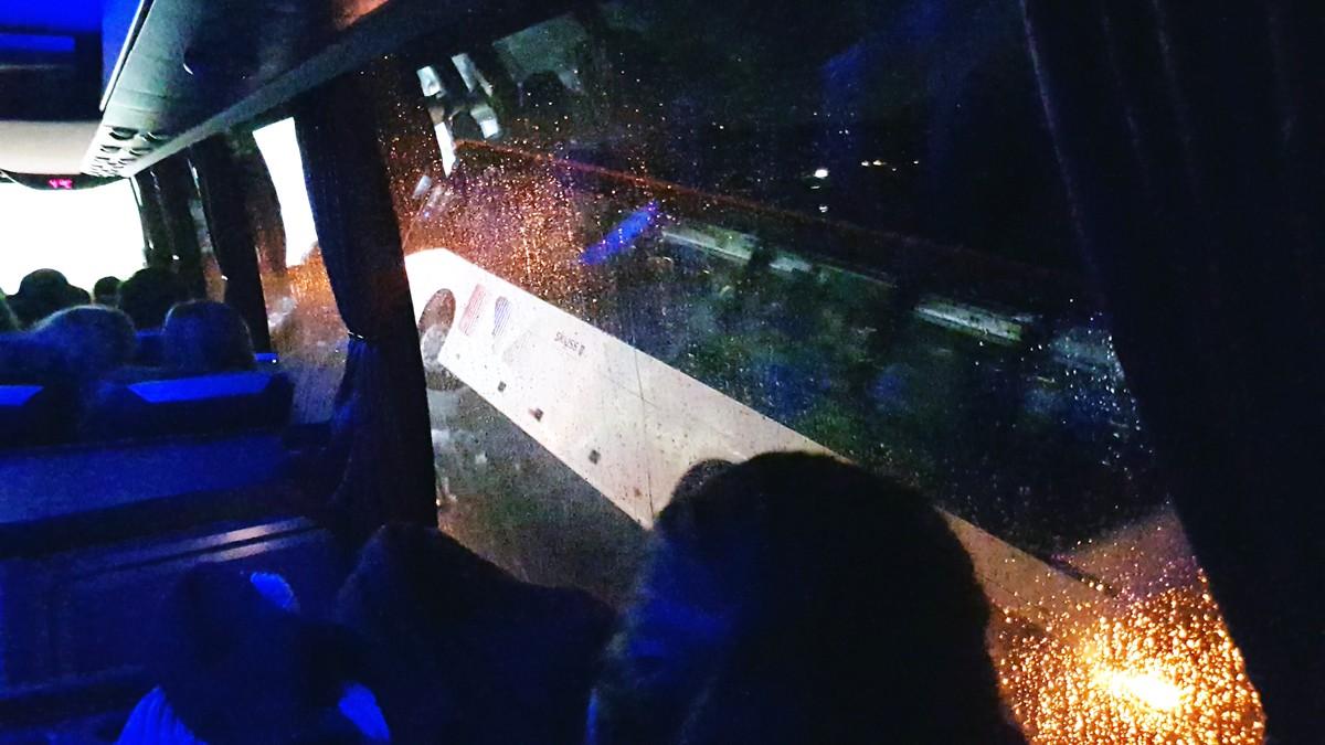 AV VEGEN: Ein buss har køyrd av vegen på Bømlo i Hordaland. Det er glatt fleire stader på Vestlandet.