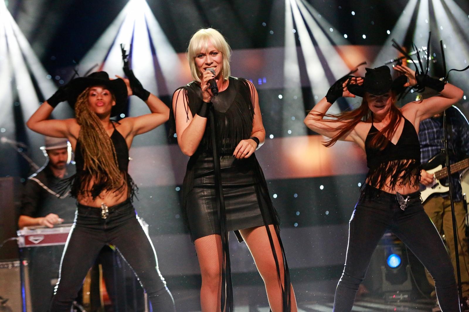 ÅPNET SHOWET: Marian Aas Hansen var først ut på scenen i andre runde av Stjernekamp, med sangen «Redneck Woman».