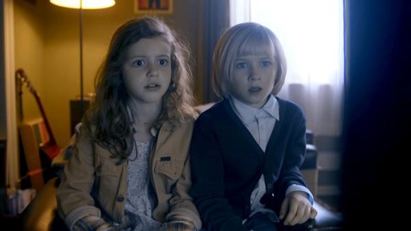 Norsk dramaserie. (7:7)Iben og Albert oppdager at det er Alf som har det magiske høreapparatet, men det har også de to slemme niesene til Sofia Flux oppdaget. Hvem får tak i det først?