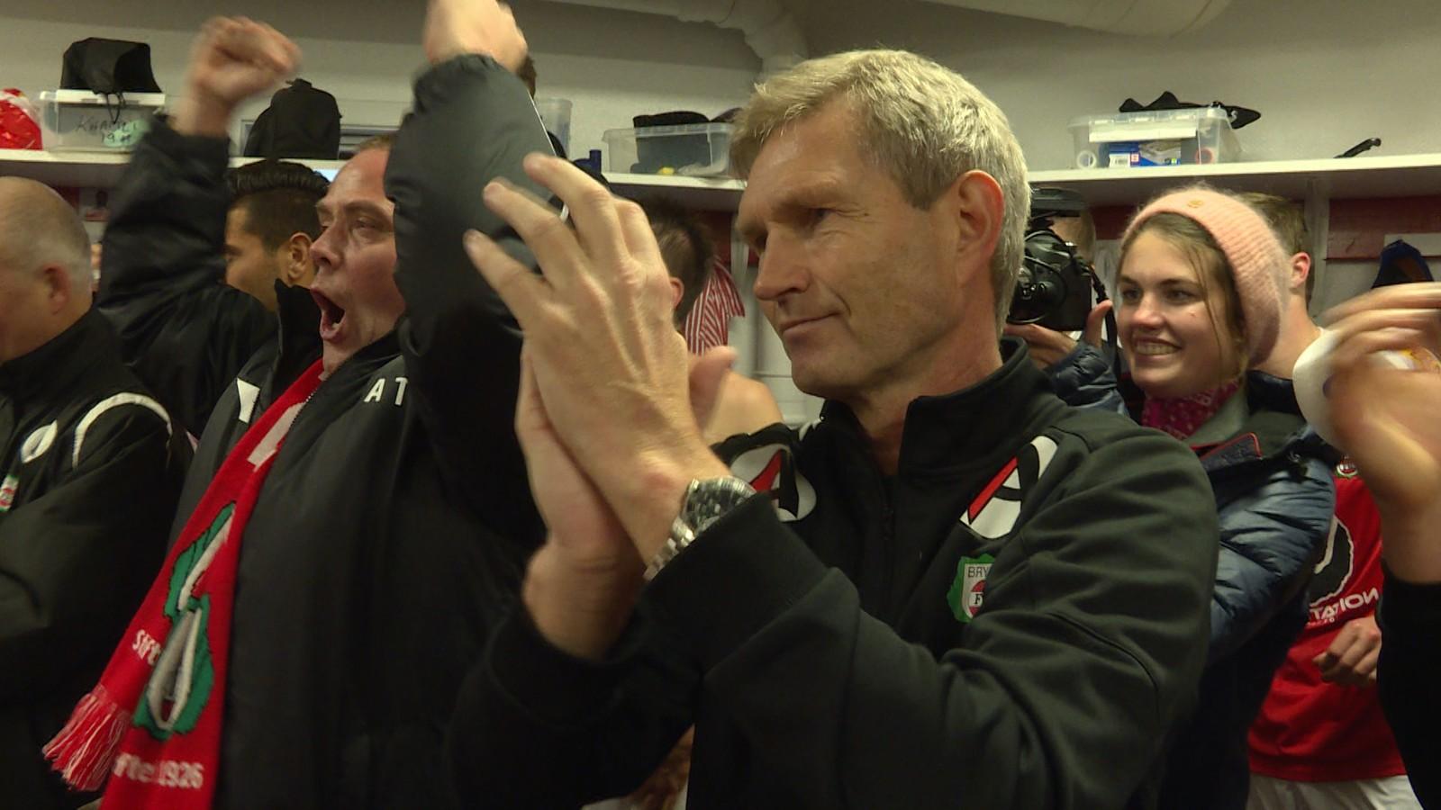 En glad, lettet og stolt trener Gaute Larsen. - Jeg var livredd da Bøgild stod foran åpent mål; at han skulle begynne å tenke. Men han bare satte den rolig i mål.