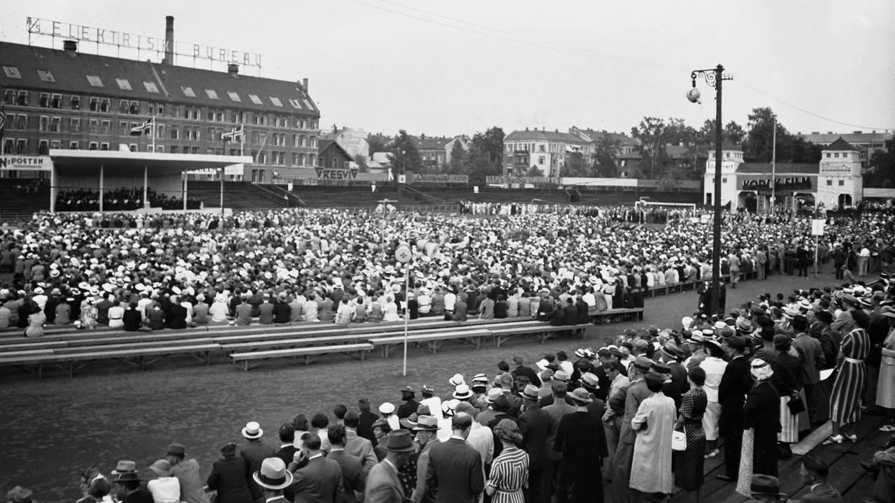 Sangerinne Kirsten Flagstad holder konsert på Frogner Stadion, for fulle tribuner. Her oversiktsbilde fra stadion, med scenen i bakgrunnen. 1936