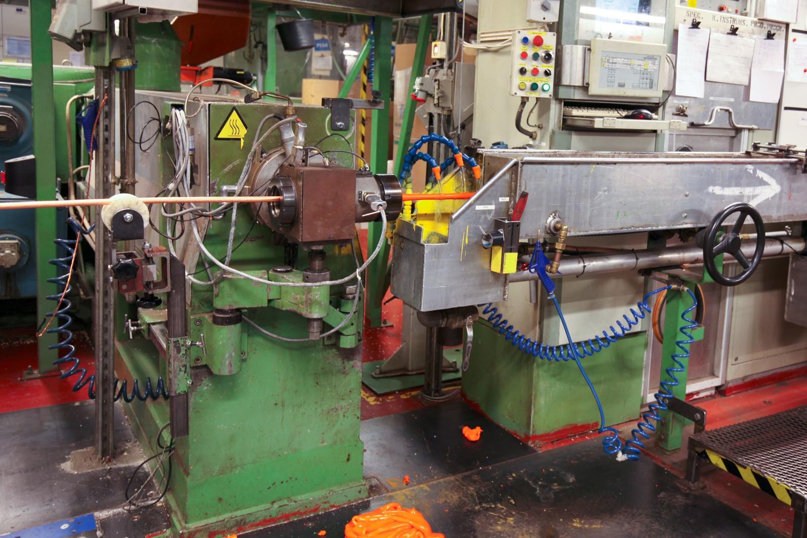 Den oransje plasten skal isolere avansert elektronikk. Nexans produserte telefonkabler fra 1972 til 2008. Kunnskapen brukes nå til å produsere kabler for bruk til oljeutvinning på store havdyp. 200 ansatte sørger for døgndrift. Rundt 80 prosent av driften er til eksport.