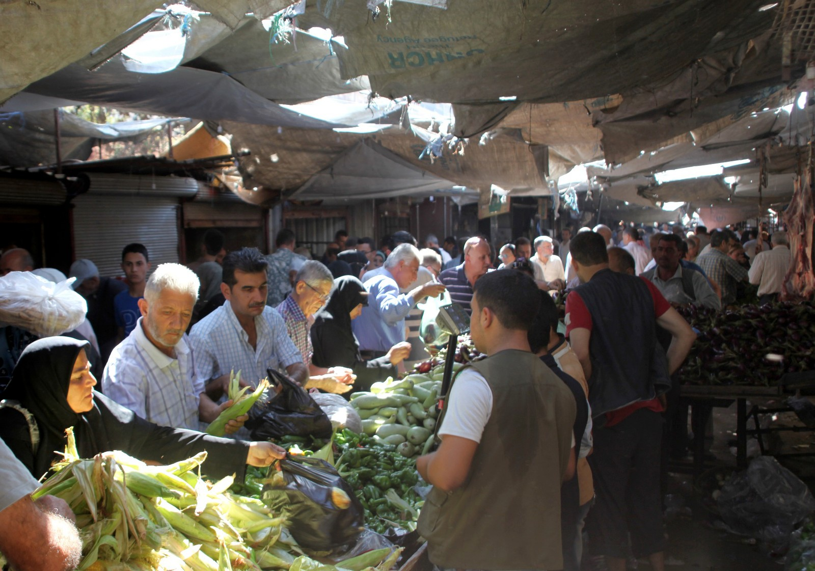 Handelen går som normalt på marknadsplassane i dei vestlege bydelane i Aleppo.