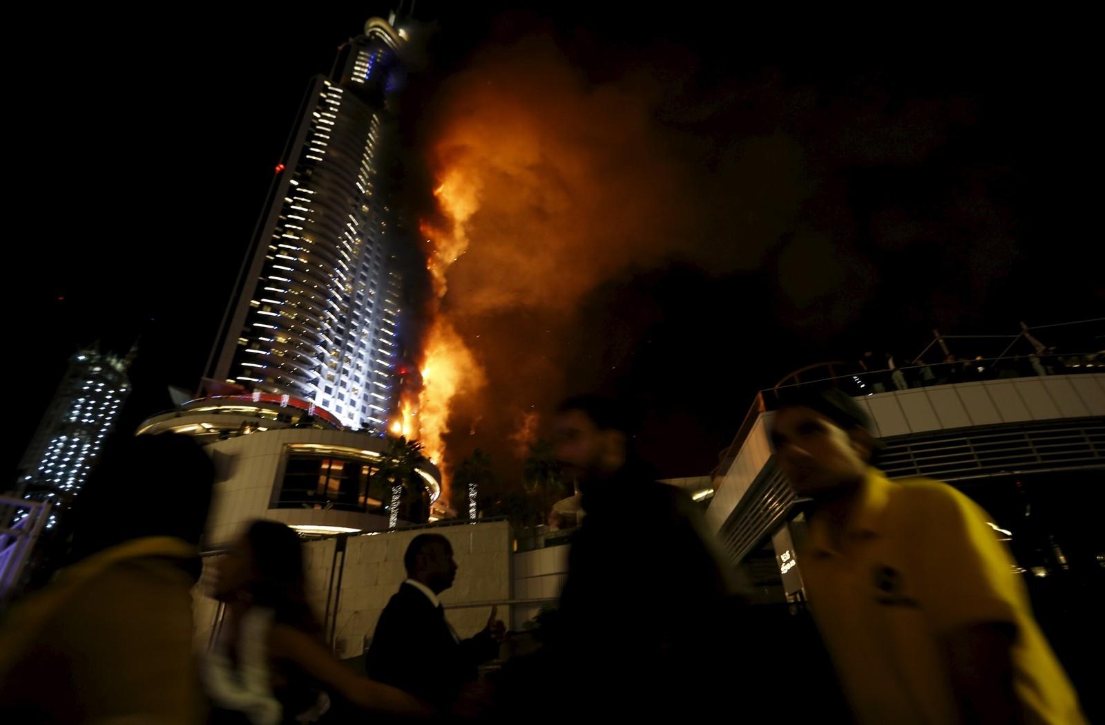 Folk løper bort fra det brennende Address Hotel i Dubai sentrum nyttårsaften.