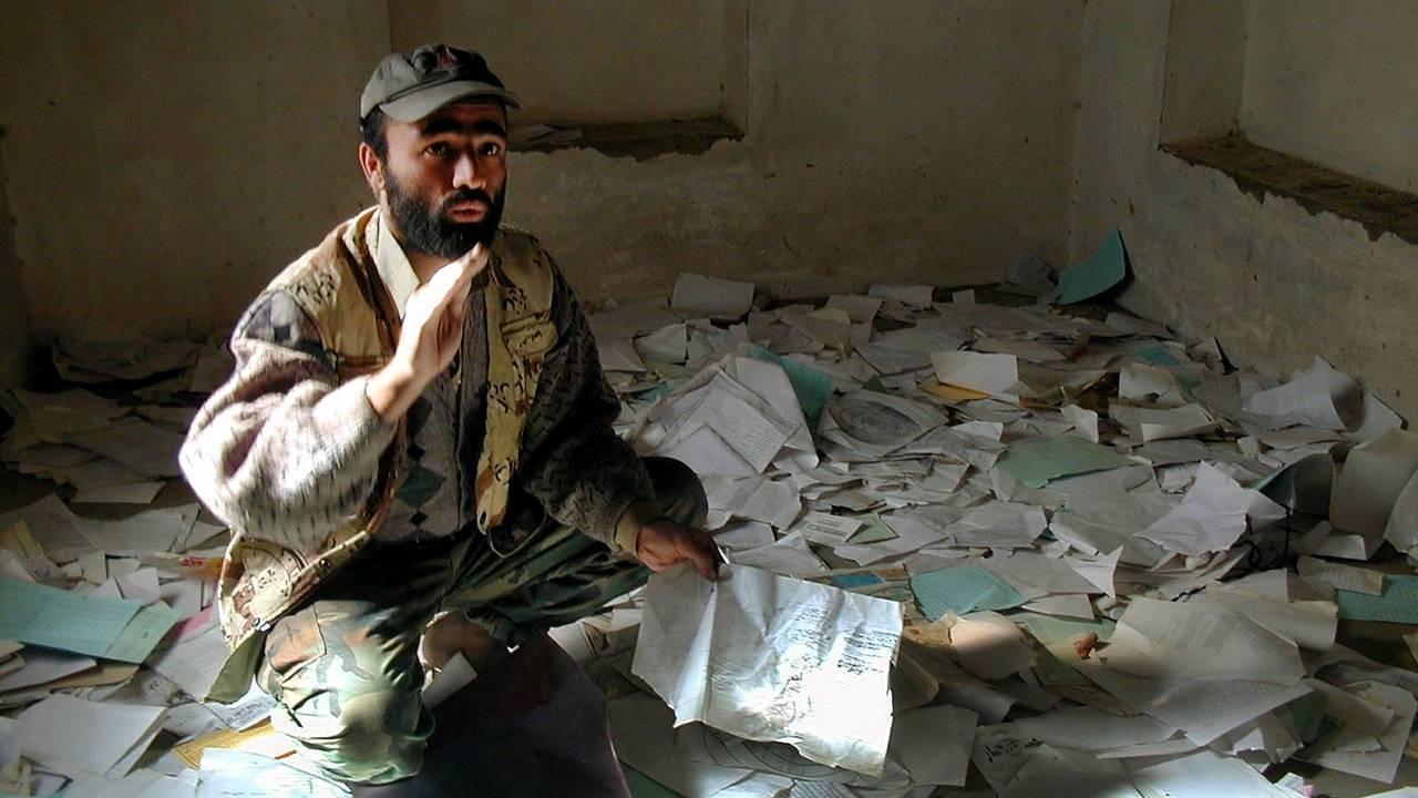 En mann tilhørende Nordalliansen viser frem papirer som er funnet i et forlatt hus i Kabul. Al Qaida-tilknyttede personer skal ha hatt opphold i huset. Papirene var kart og bl.a. oppskrifter på kjemiske våpen.