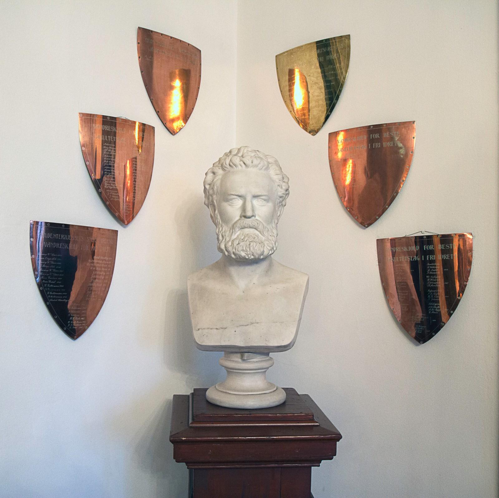 I Studenterhjemmets stue står det en byste av grunnlegger Peter Hærem.