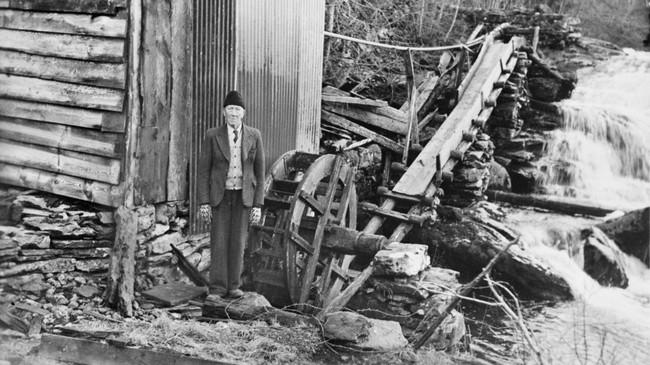 Julius Johnsen ved stampa på Yndestad i 1954. Foto: Audun Flåm. © Fylkesarkivet.