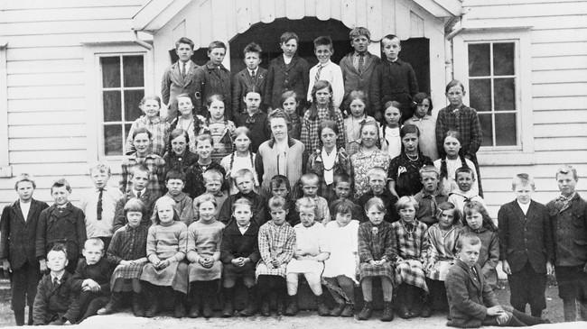 Elevane ved Åfjorddalen skule i 1933. Lærar Brita Skeide står i midten. Ukjend fotograf. © Fylkesarkivet.