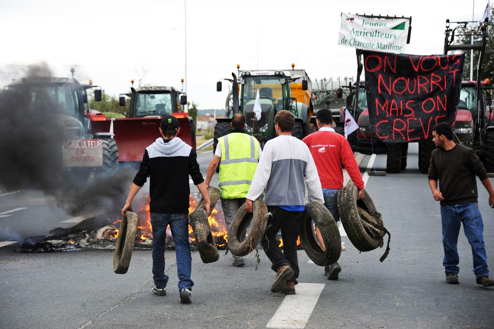 Franske bønder blokkerer brua mellom Marennes og øya Oleron med brennende dekk.