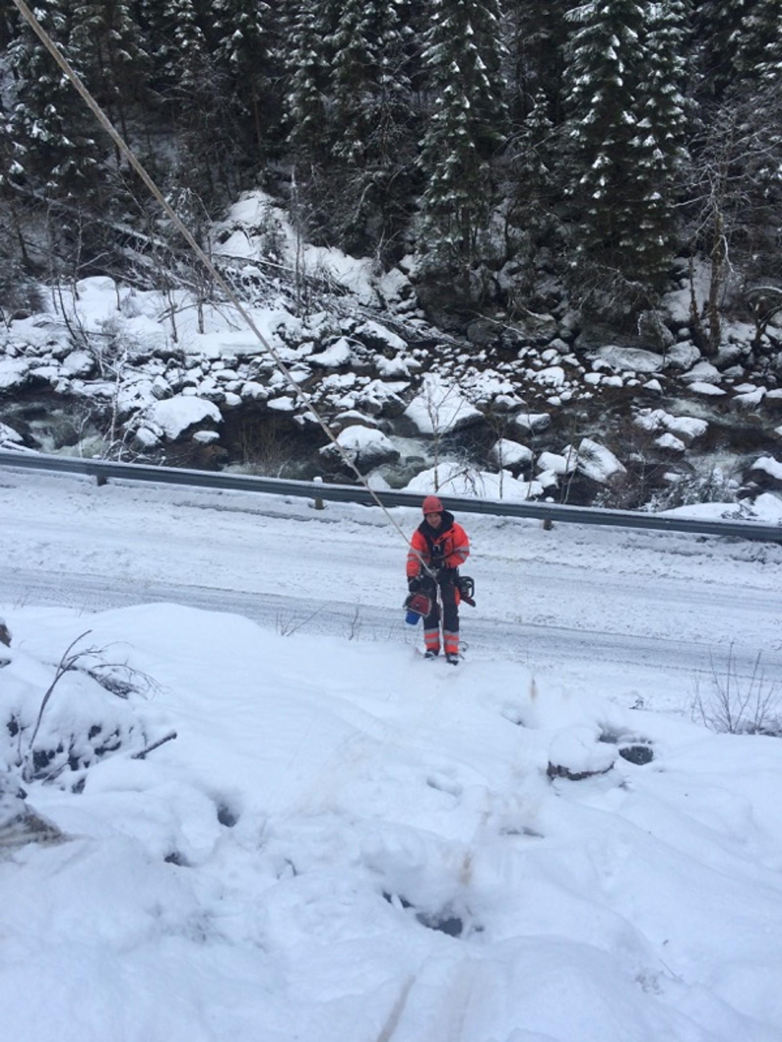 EI VEKE: Det tek lang tid å sikre fjellsider, og kv21 mellom Sygna og Høgelia i Gaular vil vere stengt i ei veke medan arbeidet held på.