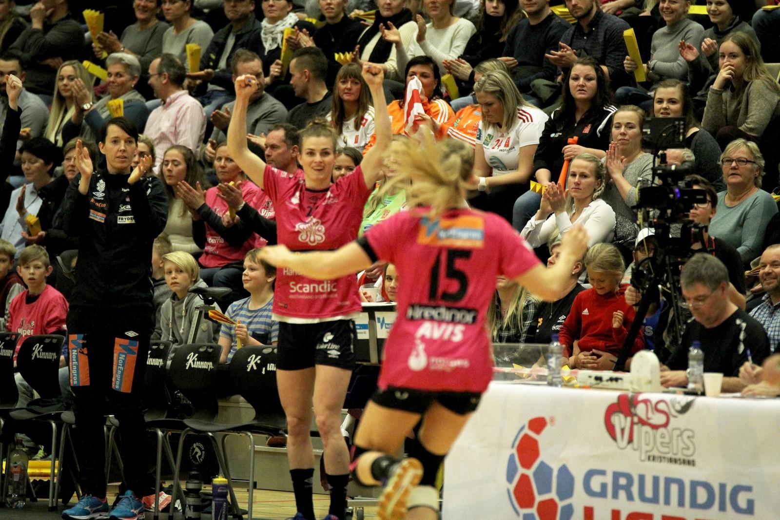 Jeanett Kristiansen og Linn Jørum Sulland (med ryggen til).