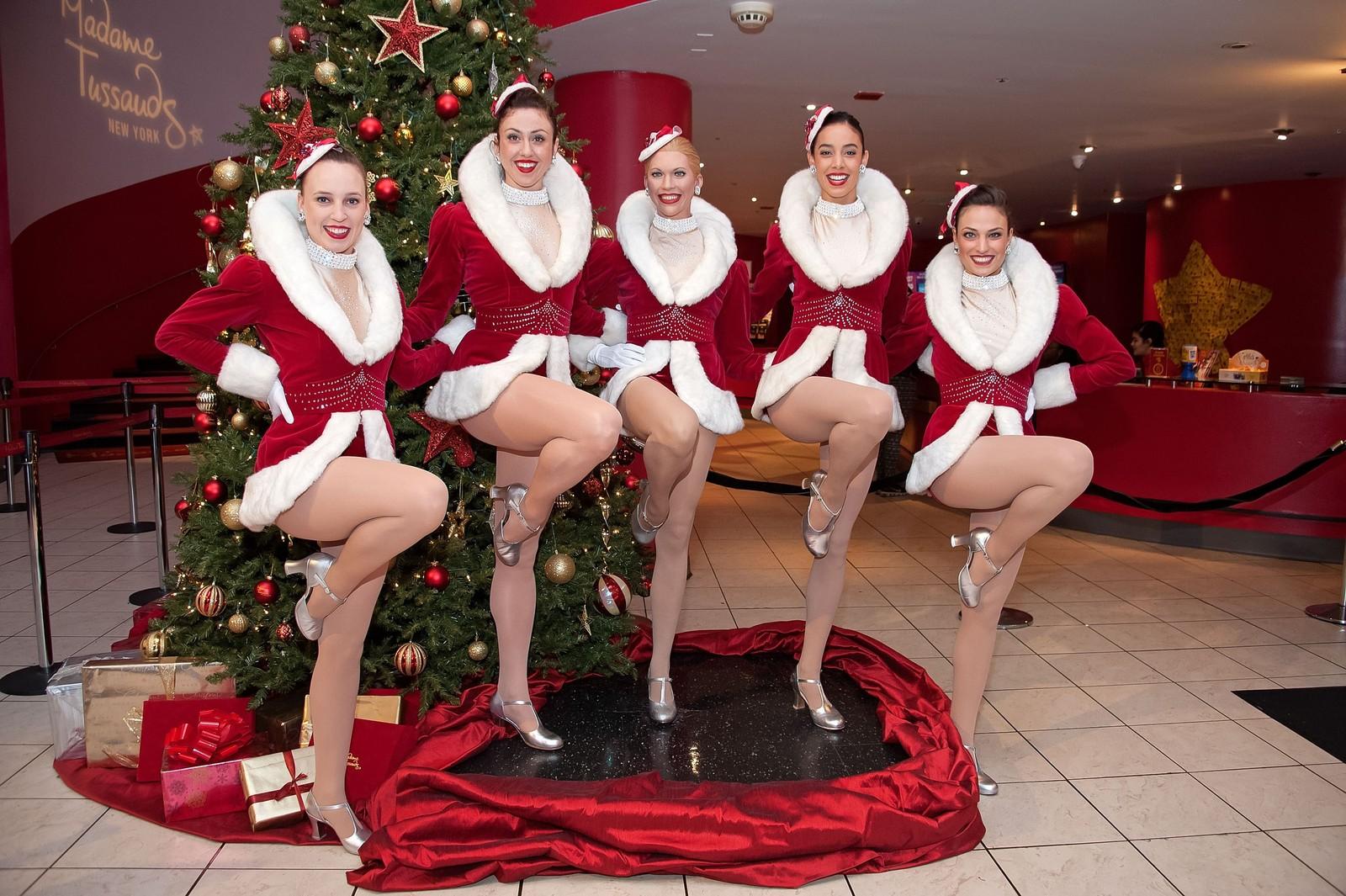 De verdenskjente Radio City Rockettes poserer på Madame Tussauds vokskabinett med en ny voksdukke.
