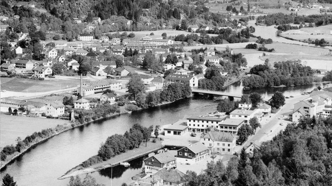Førde midt på 1960-talet då bygda stod på spranget mot utviklinga som vekstsenter og til slutt by. Foto: Aune. © Fylkesarkivet.