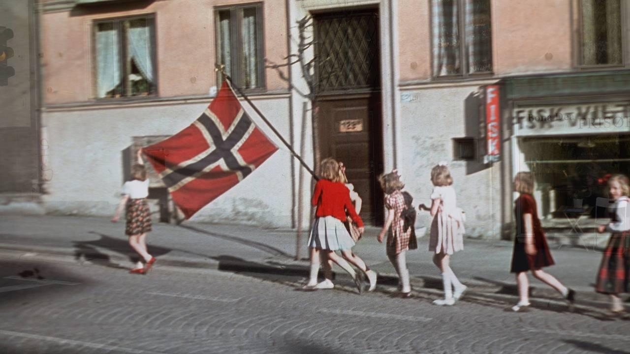 Jenter med norsk flagg på frigjøringsdagen.
