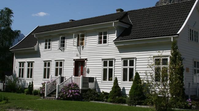 I dette huset i Brattegjerdet budde Othto Blehr, som seinare vart statsminister. Foto: Kjell Arvid Stølen, NRK.