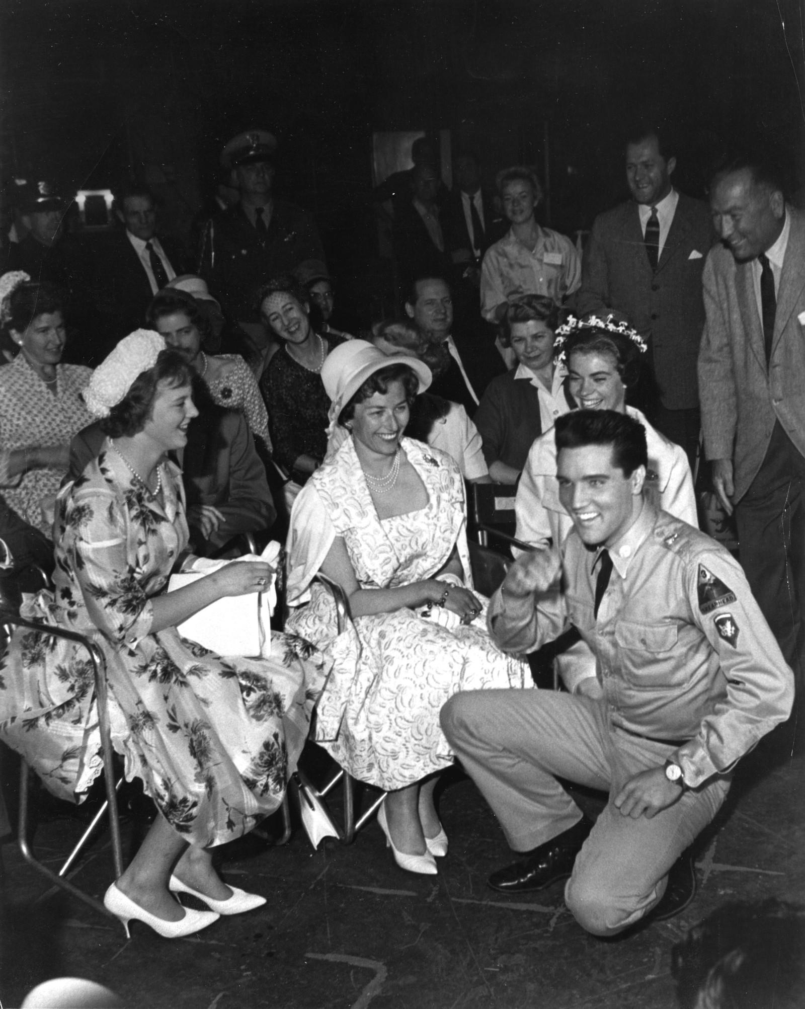 """ELVIS PÅ KNE: Rockekongen gjekk ned på kne for dei skandinaviske prinsessene Margrethe, Astrid og Margaretha i Hollywood i 1960. Dei besøkte Paramount-studio under innspelinga av """" G.I. Blues """"."""