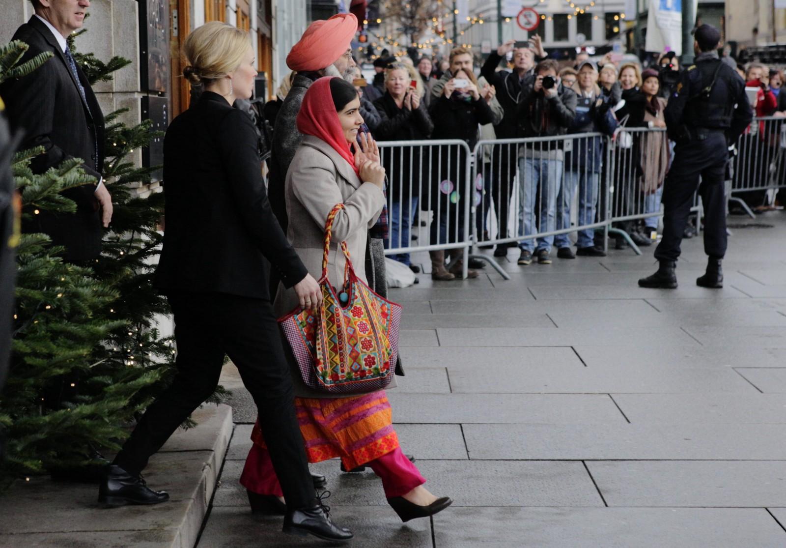 PÅ VEI TIL FESTEN: Malala Yousafzai og Kailash Satyarthi forlater Grand hotell onsdag formiddag.