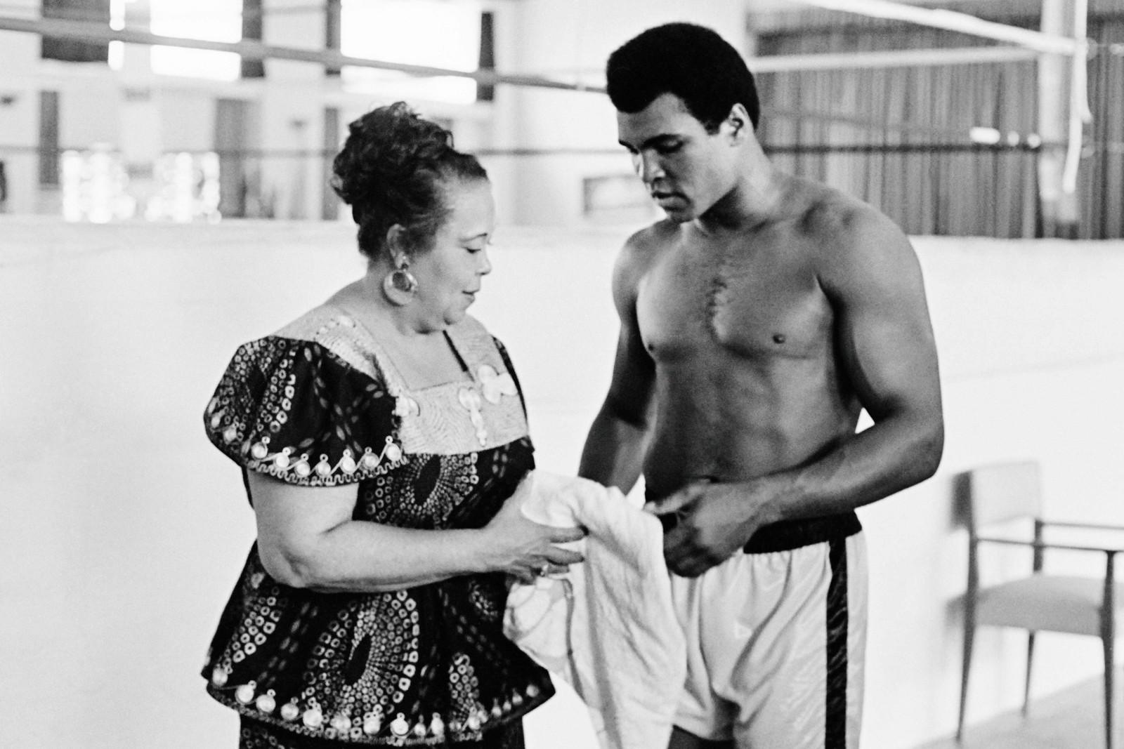 Muhammad Ali (født Cassius Clay) sammen med moren Odessa Grady Clay under en treningsøkt tre dager før VM i tungvekt i Kinshasa, 27. oktober, 1974.