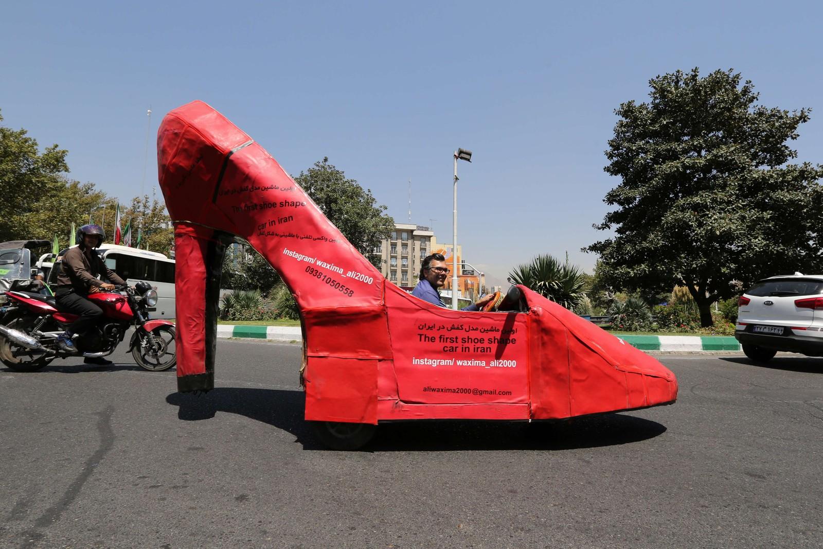 Den iranske skopusseren Mohammad Ali Hassan Khani kjører sin motoriserte, røde stilletsko nedover gata i hovedstaden Teheran. Den enorme skoen vekker, ikke uventa, oppsikt i byen, og skaffer visstnok skopusseren godt med oppdrag.