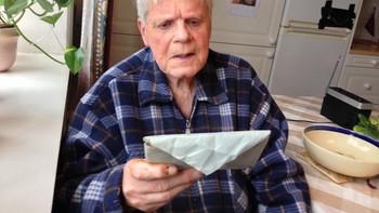 Olav Müller leser sitt over 60 år gamle brev
