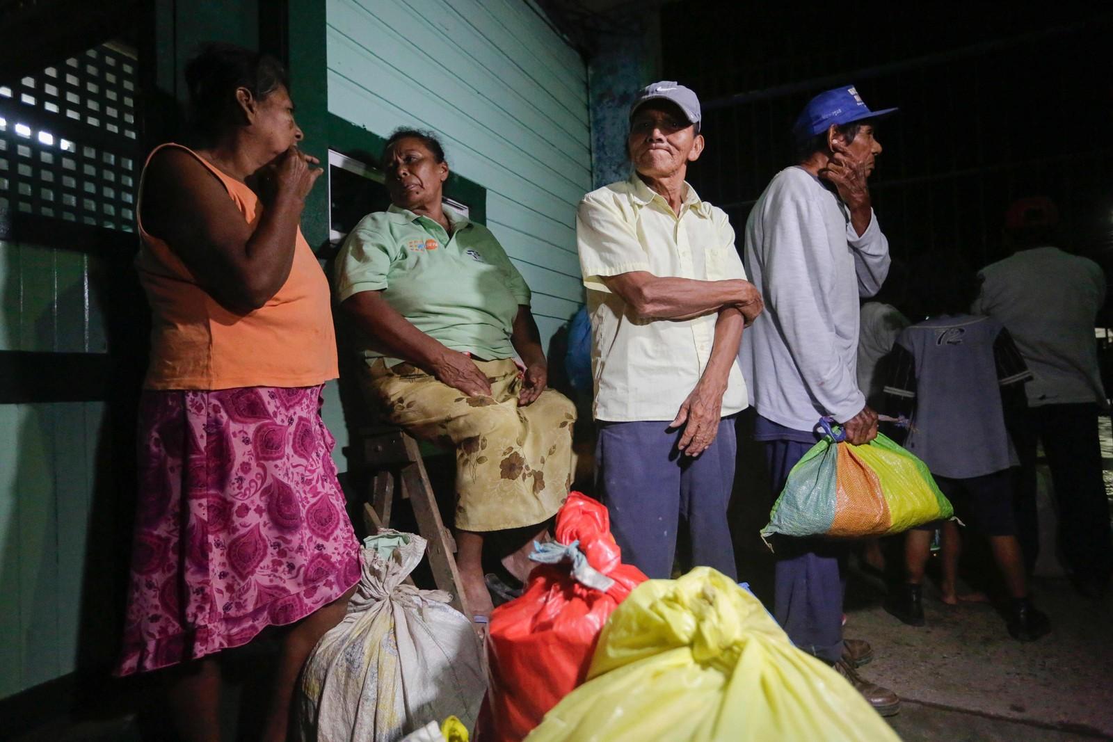 Folk søkjer ly på evakueringssentra og har berre med seg det dei klarte å bære.
