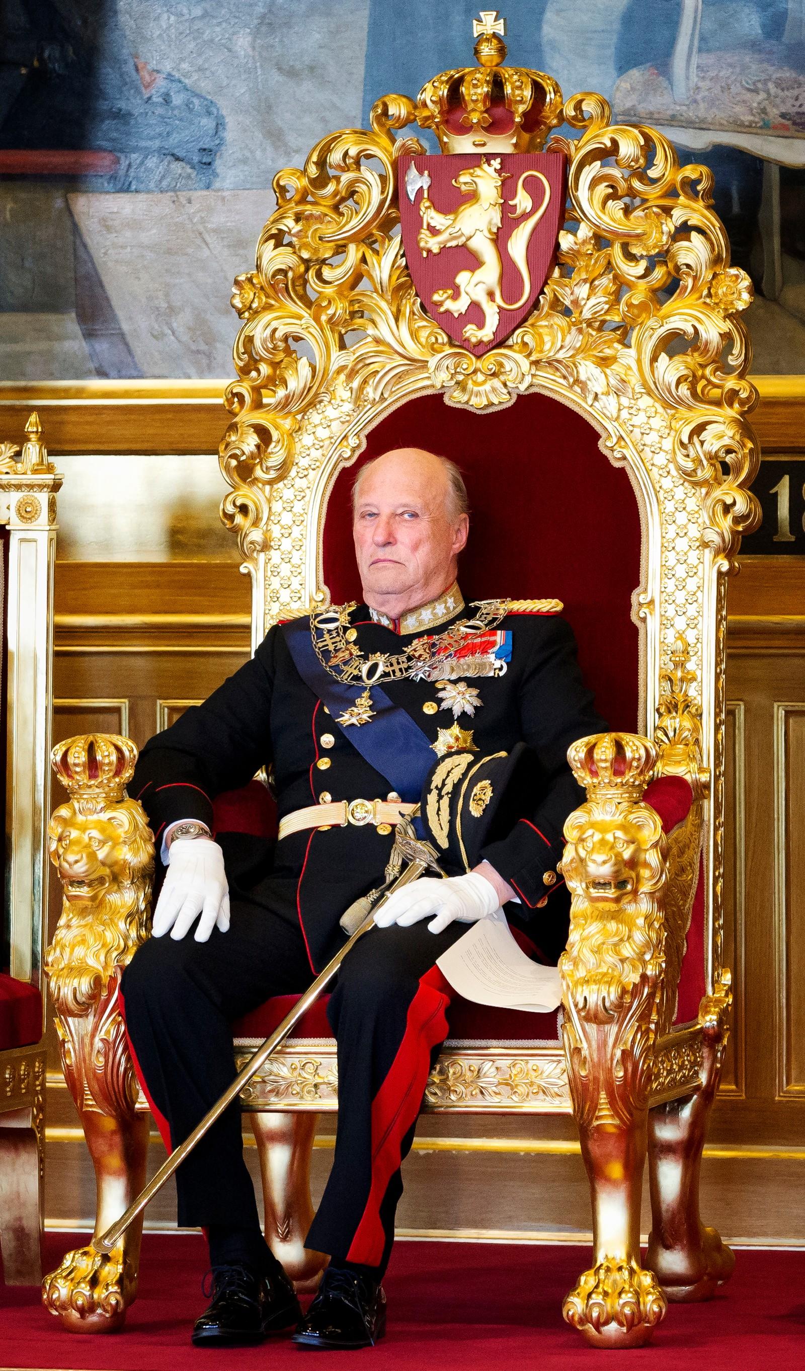 Kong Harald sitter på tronen under den høytidelige åpningen av det 157. storting i 2012.