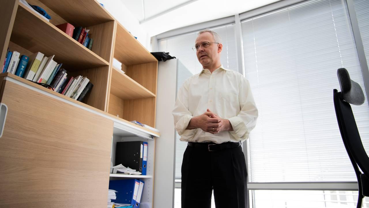 Advokat og partner i Fend, Nicolai V. Skjerdal, står på kontoret sitt i Oslo.