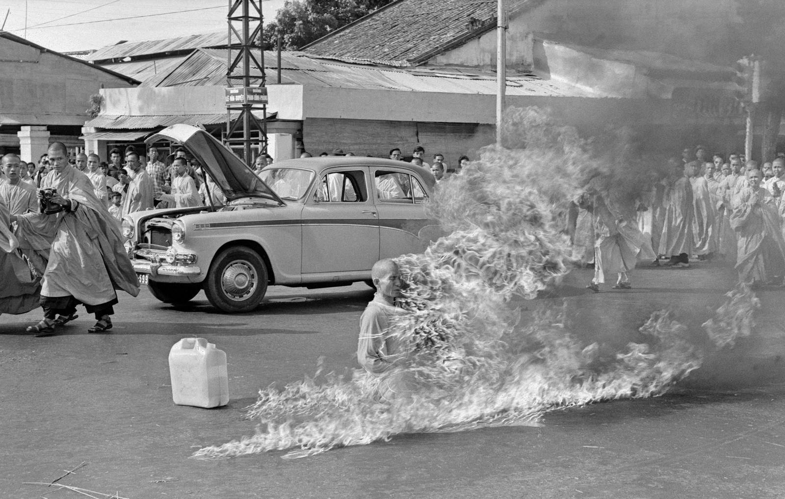 PROTEST: En sør-vietnamesisk munk setter fyr på seg selv på gata i Saigon den 11. juni 1963 i protest mot myndighetenes forfølgelser.