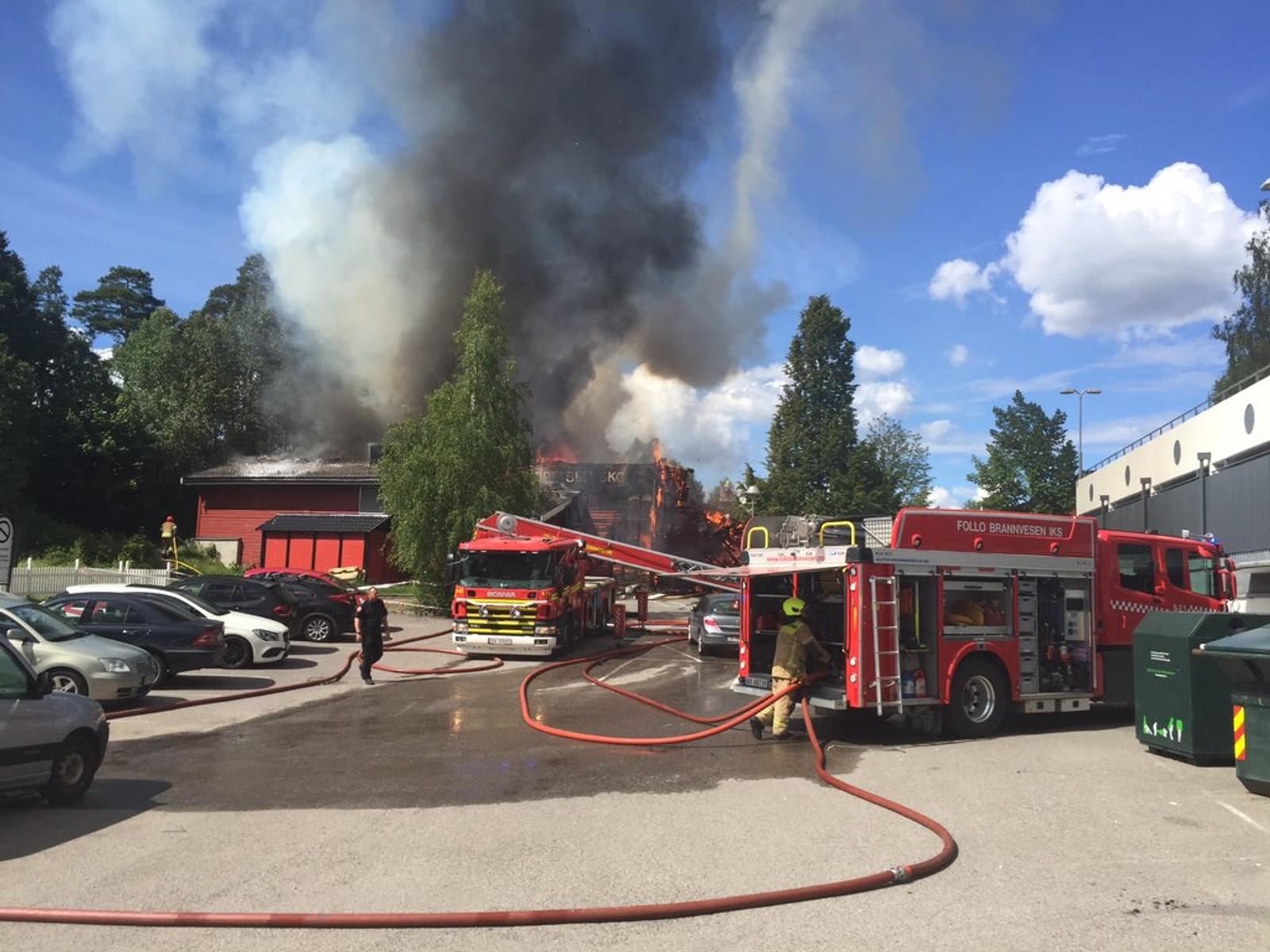Alle er evakuert fra bygningen som brenner, ifølge rektor ved skolen.