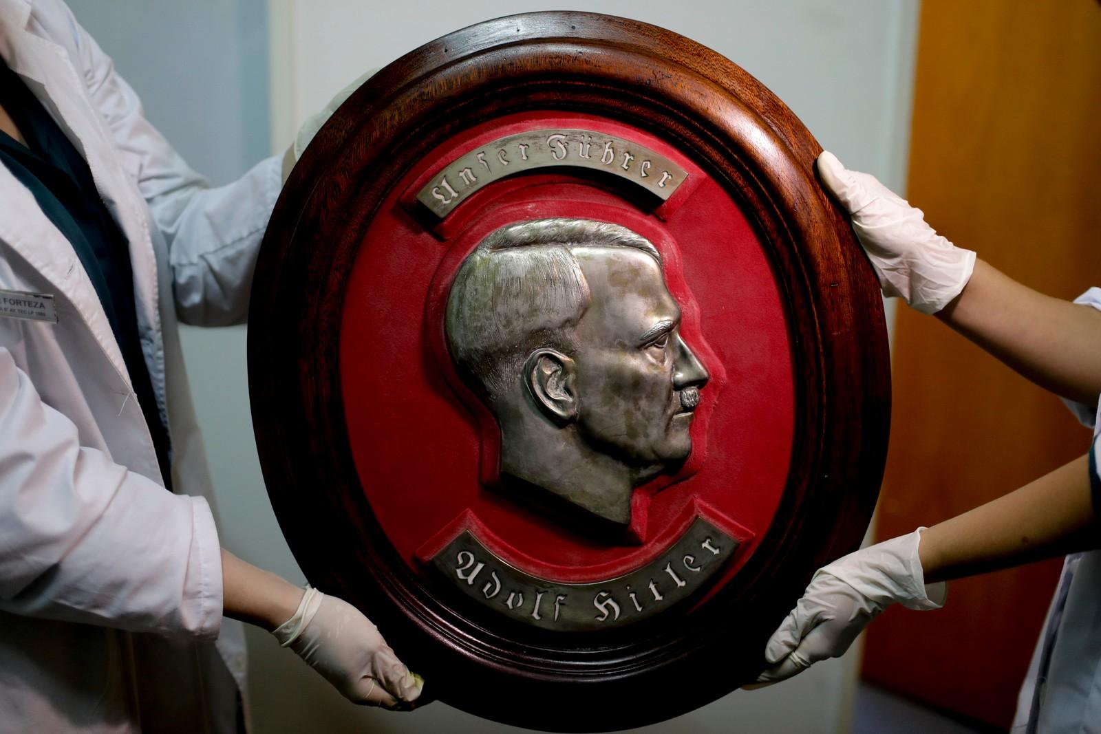 En byste med portrett av nazistenes leder Adolf Hitler.
