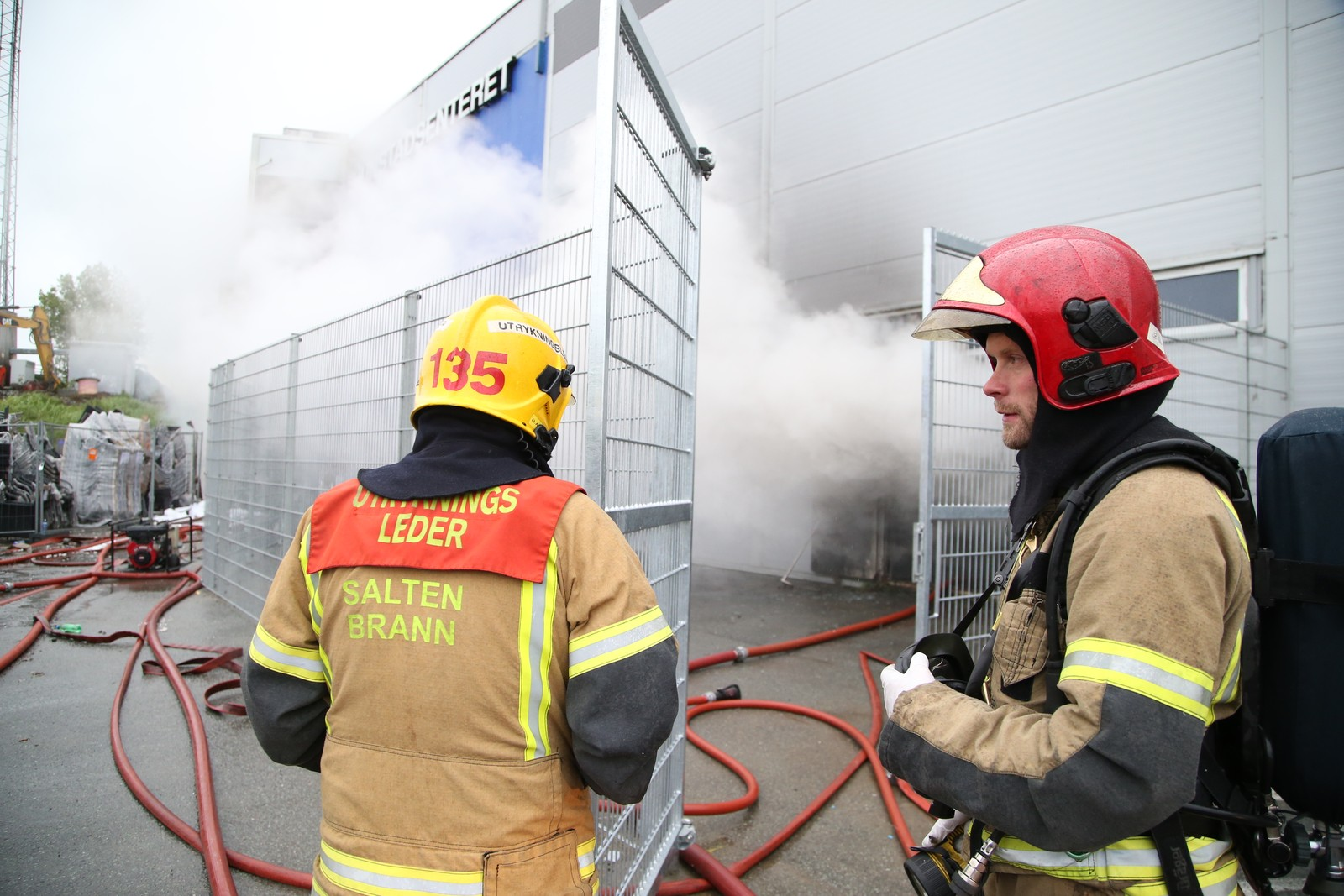 Brannvesenet ber folk holde seg unna området for ikke å bli skadet av giftig røyk.