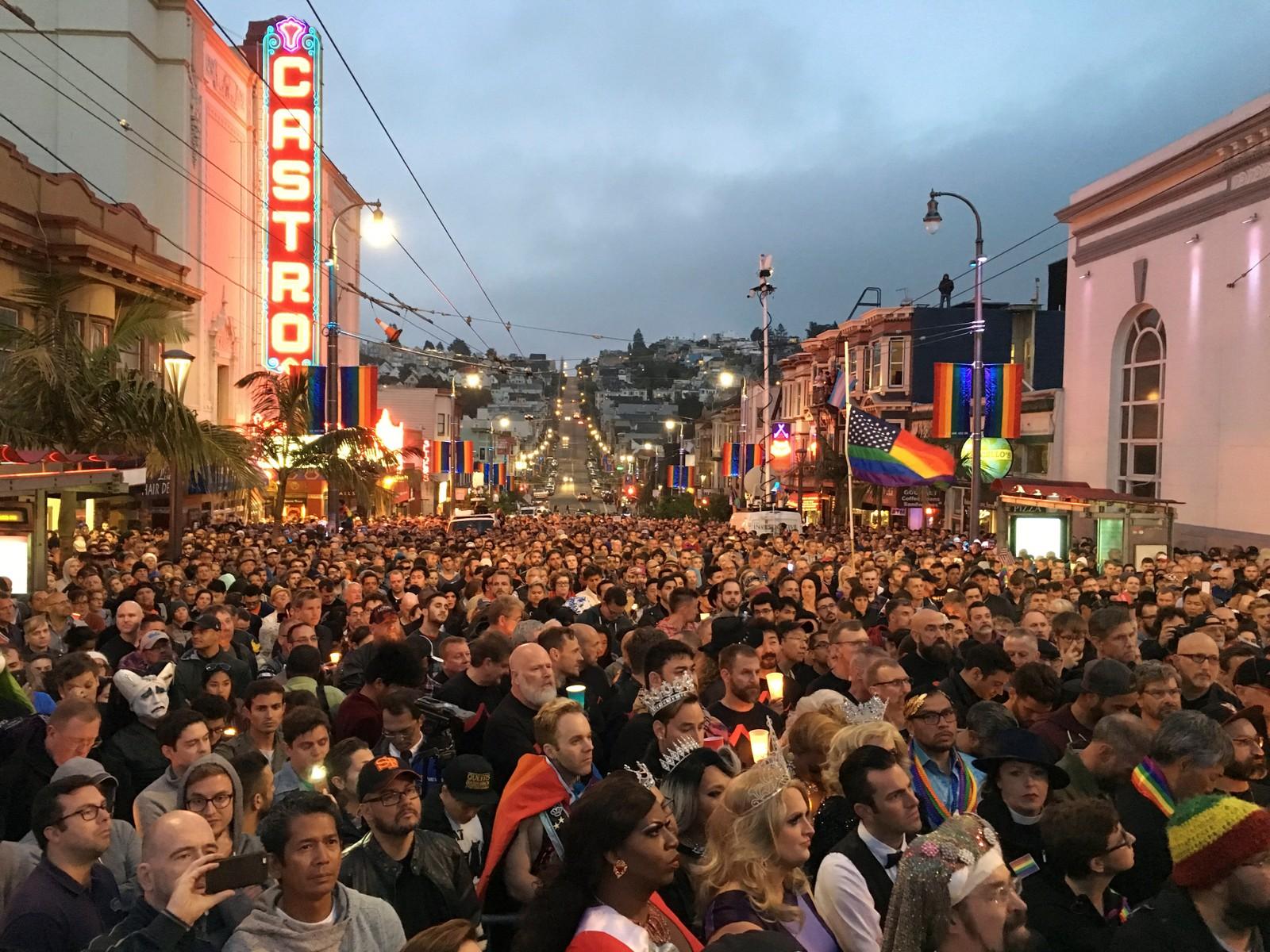 USA: Tusenvis samlet seg søndag kveld i homodistriktet i San Fransisco, som ble satt på det politiske kartet gjennom innsatsen fra den homofile politikeren Harvey Milk.
