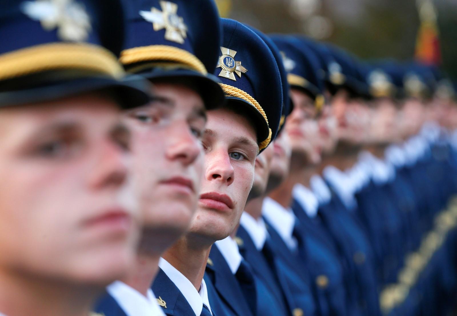 Ukrainske militære tjenestemenn står på rekke under en øvelse til nasjonaldagen i Kiev den 22. august. Nasjonaldagen ble feiret den 24. august.