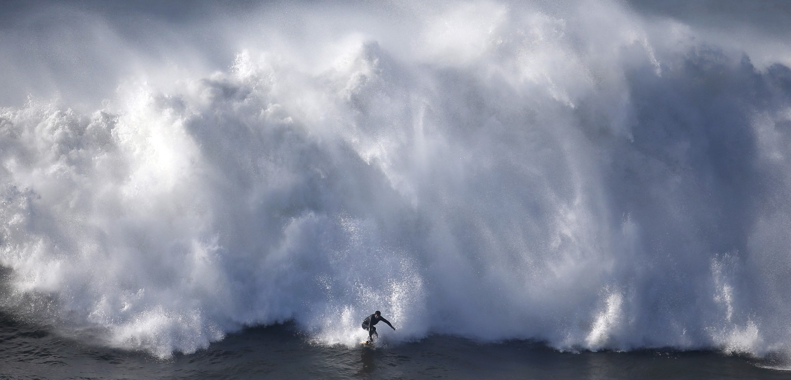 Surfer og bølge fanges av fotografen ved portugisiske Praia do Norte. Stedet har vært et populært sted for surfing etter at amerikaneren Garrett McNamara's satte verdensrekord der i 2011.