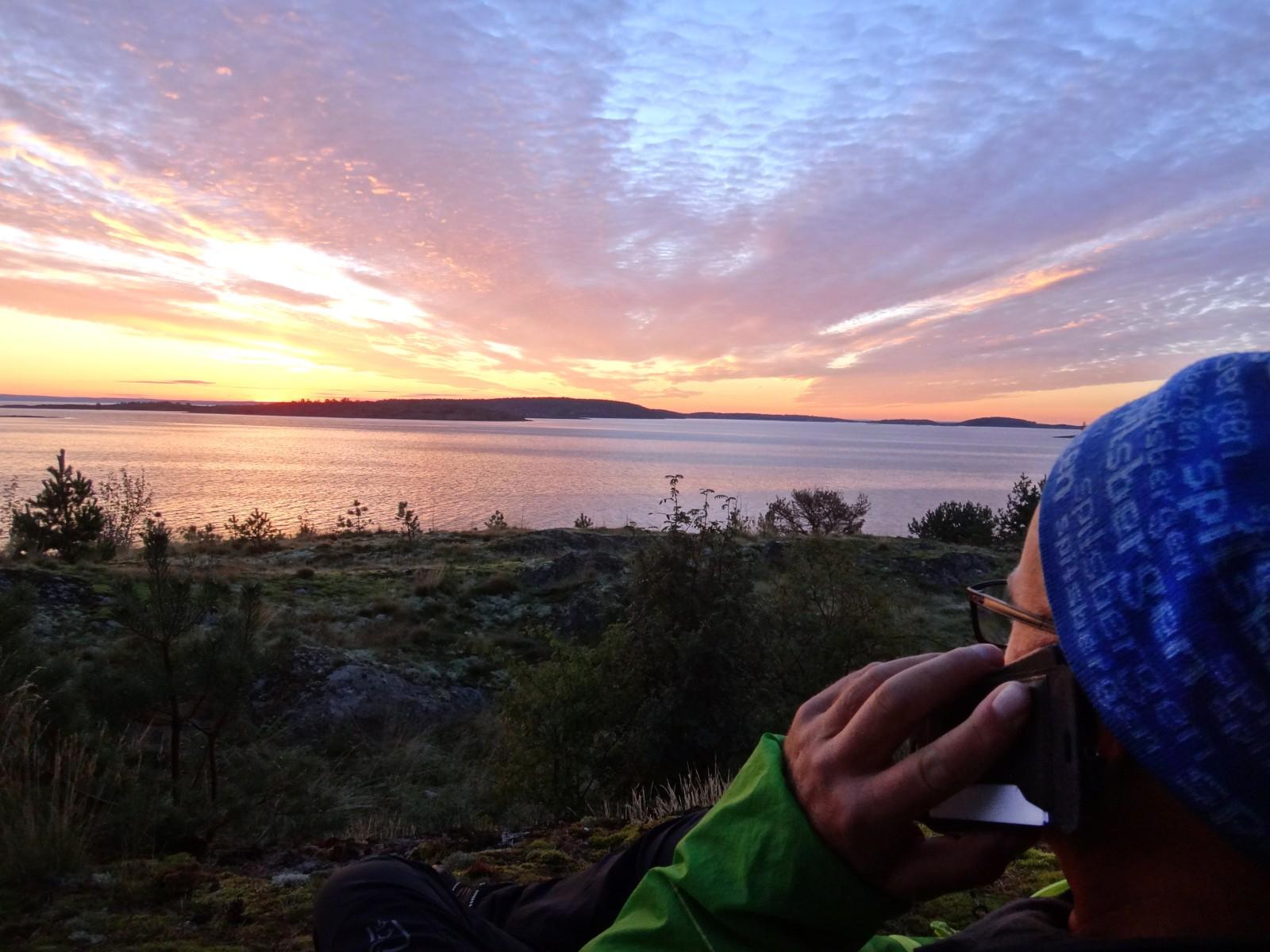 Tom snakker med NRK Vestfoldsendinga på telefonen, mens han nyter utsikten over Vestfold-skjærgården.