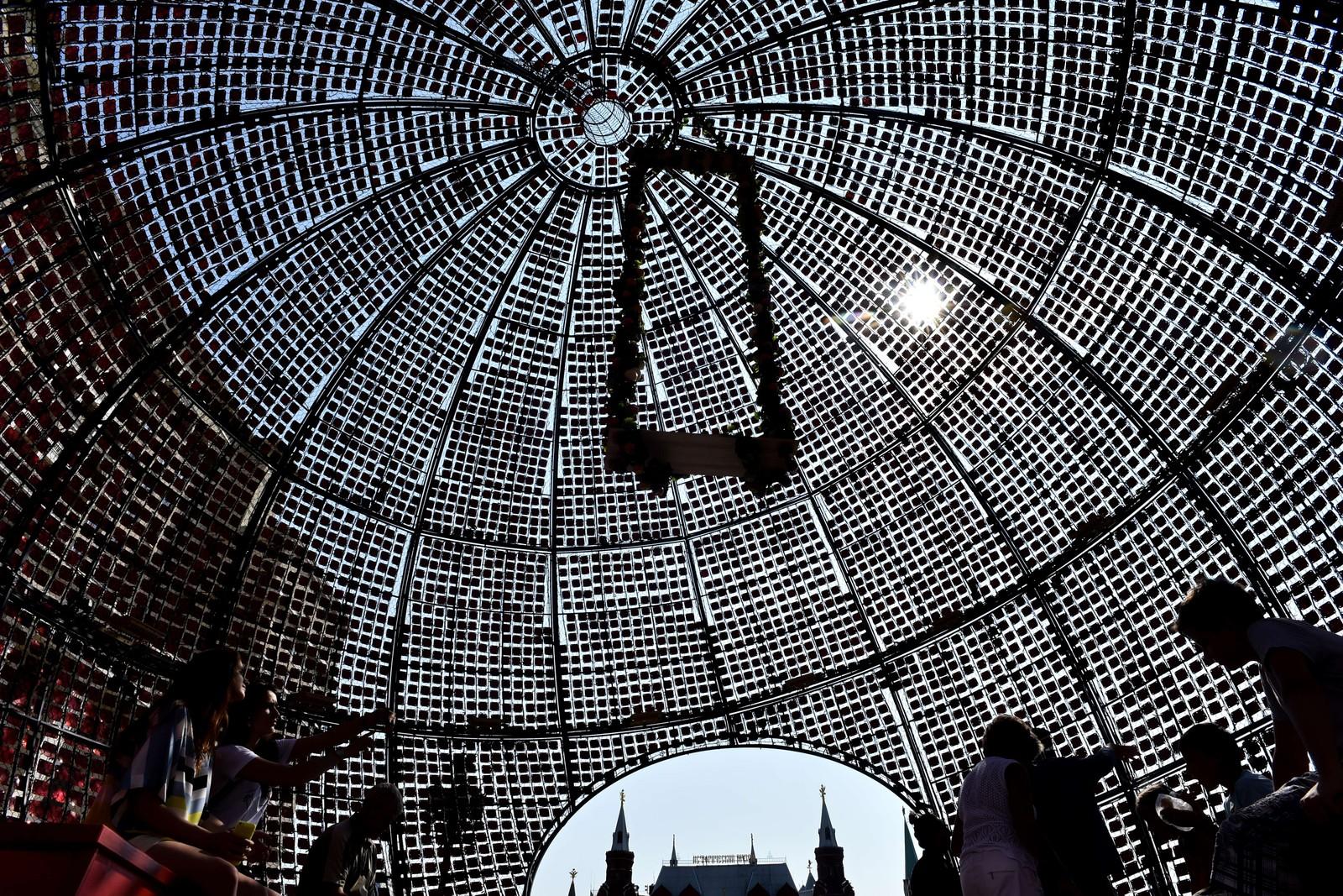 Denne 11 meter høye installasjonen skal forestille en vannmelon, og er en del av syltetøy-festivalen i Moskva.